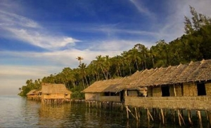 Perkampungan pesisir di Desa Sauwandarek, Raja Ampat