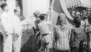 Pengibaran Bendera saat Proklamasi 17 Agustus 1945