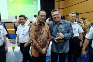 Ket foto: GM TPK Bitung Edy Nursewan berpose bersama Menhub Budi Karya Sumadi usai pemberian penghargaan di Kemenhub Jakarta, Senin (19/9).