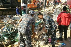 Personel Lanal Sabang yang tergabung dalam Satgas Penangulangan Bencana sedang melakukan pencarian korban bencana alam gempa bumi di Aceh, Jumat (9/12).