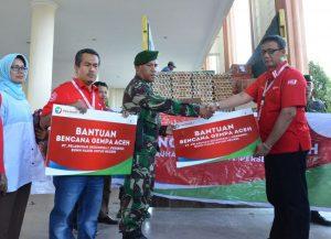 Pemberian bantuan tahap I oleh Pelindo I untuk korban gempa di Pidie Jaya Aceh yang diberikan oleh SM PKBL Pelindo I Syaiful Anwar.