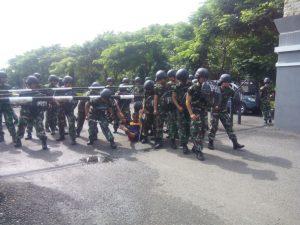 Prajurit Satlinlamil Surabaya sedang berlatih Pertahanan Pangkalan untuk mengantisipasi ancaman teror dan sabotase.