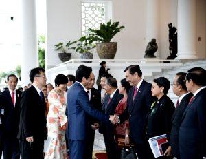 Peradana Menteri Jepang Shinzo Abe disambut anggota kabinet dalam kunjungannya di Istana Bogor.