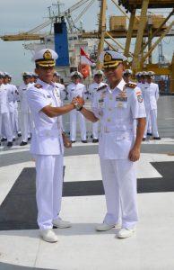 Komandan Satuan Lintas Laut Militer (Satlinlamil) Jakarta Kolonel Laut (P) Sigit Santoso menyematkan tanda pangkat Komandan kepada Letkol Laut (P) Whisnu Kusardianto, S.E., M.H. sebagai Komandan KRI Banda Aceh yang baru.