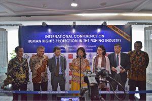 Menteri Kelautan dan Perikanan, Susi Pudjiastuti saat berbicara di Konferensi Internasional Perlindungan Hak Asasi Manusia (HAM) dalam Industri Perikanan Indonesia, Senin (27/3) di Kantor KKP Jakarta.