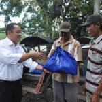 Terminal Petikemas Surabaya Bagi 500 Paket Sembako Gratis