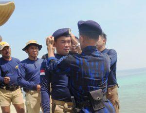 Kadislambairarmabar Kolonel Laut (E) Monang Hatorangan S., menerima Kehormatan Brevet Penyelam di perairan Teluk Jakarta, Tanjung Priok.