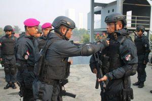 Penyematan Brevet Anti Teror Aspek Laut dan Brevet Intai Amfibi kepada Komandan Korps Marinir Mayor Jenderal TNI (Mar) Bambang Suswantono, S.H., MH., M.Tr (Han), yang dilakukan oleh mantan Konandan Detasemen Jalamengkara, Kolonel Marinir Supriyono, S.E., MM., dan Danyon Taifib-2 Marinir Letnan Kolonel Marinir Rino Rianto, M.TR. Hanla., Sabtu (27/05/2017).