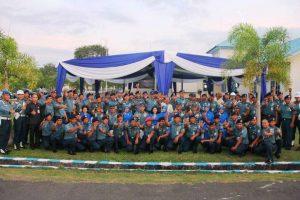 Pangarmabar Laksamana Muda TNI Aan Kurnia, S.Sos, didampingi Ketua DJAB Ny. Aan Kurnia melaksanakan foto bersama dengan seluruh prajurit dan PNS Lanal Bengkulu, Kamis (8/6).