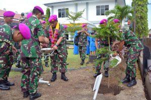 Komandan Korps Marinir Mayor Jenderal TNI (Mar) Bambang Suswantono, S.H., M.H., M.Tr. (Han) tatkala mengunjungi Batalyon Marinir Pertahanan Pangkalan (Yonmarhanlan) VI Makassar, Sulawesi Selatan, Rabu  (07/06/2017).
