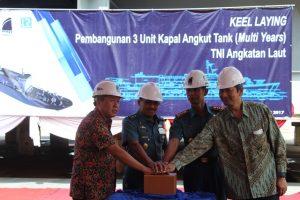 Asisten Logistik Kepala Staf Angkatan Laut, Laksamana Muda TNI Mulyadi, S.Pi., M.A.P. (dua dari kiri) turut serta menekan tombol sirine tanda dimulainya pembangunan 3 unit kapal pengangkut tank.