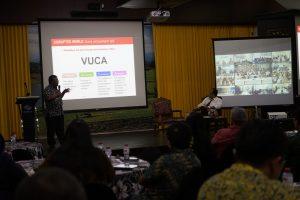 Ahmad Bambang memberikan presentasi tentang buku yang ditulisnya tersebut.