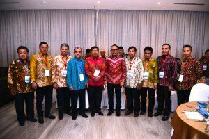 Direktur Utama BKI, Rudiyanto (Batik Merah sebelah Kiri tengah) bersama Hanif Dakhiri, Menteri Tenaga Kerja (Batik Merah Sebelah Kanan tengah) bersama Dirut Surveyor Indonesia dan Direktur Sucofindo yg tergabung dalam Team Plasma K3 serta beberapa Gubernur sebagai Auditi K3 penyelenggaraan pemerintahan daerah.