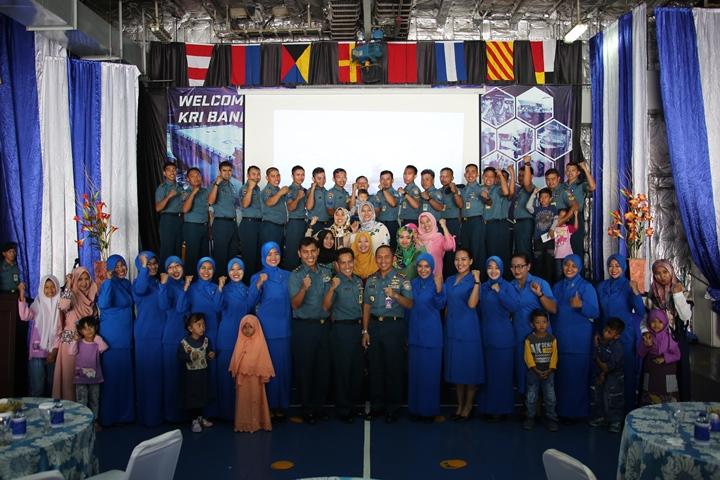 Komandan KRI Banda Aceh 593 Letkol Laut (P) Whisnu Kusardianto, S.E., M.H. berfoto bersama dengan seluruh prajurit dan anggota jalasenastri ranting M cabang 2 PG Kolinlamil usai acara temu muka.