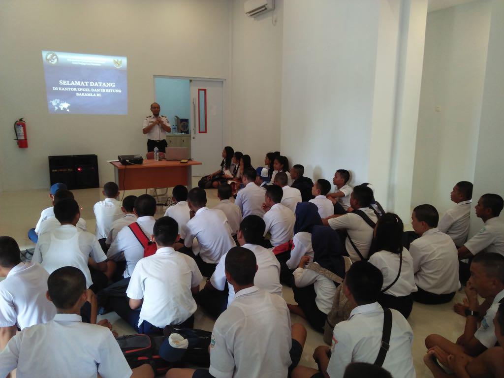 Ridwan Basuki, S.T. menerima kunjungan siswa-siswi kelas X Sekolah Menengah Kejuruan (SMK) Negeri 2 Bitung di Kantor SPKKL Manembo-nembo