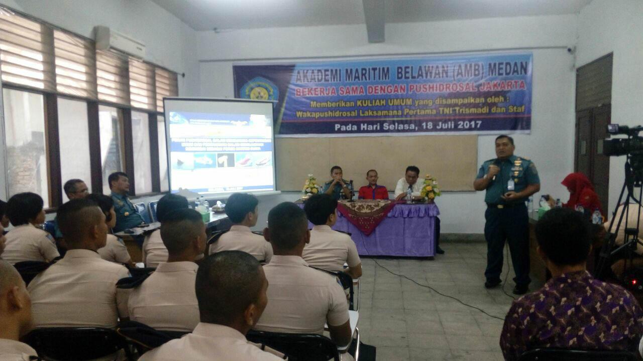 Kadispeta Pushidrosal Kolonel Laut (P) Dyan Primana S. saat memberikan materi kuliah kepada taruna-taruni AMB Medan.