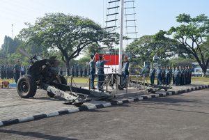Upacara penaikan Bendera  Merah Putih di lapangan Apel, Kampus STTAL, Bumimoro, Surabaya, (17/07).