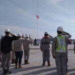 Pekerja Pelabuhan Kuala Tanjung Memperingati Dirgahayu Kemerdekaan Indonesia ke-72 di atas Laut
