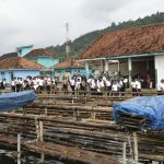 Bersama Masyarakat, Lanal Lampung Bersihkan Pantai