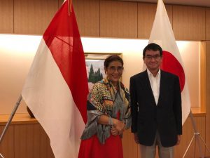 Menteri Kelautan dan Perikanan Susi Pudjiastuti berfoto bersama Menteri Luar Negeri Jepang Taro Kono.