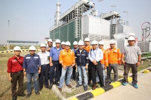 Manajemen PT LEGI berfoto didepan mesin PLTMG yang telah berhasil beroperasi.