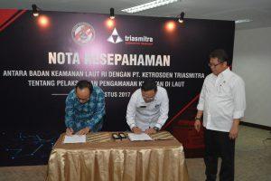 Sekretaris Utama Bakamla RI Laksda TNI Agus Setiadji, S.AP., bersama Direktur Utama Titus Dondi Patria menantangani Nota Kesepahaman Pelaksanaan Pengamanan laut dengan PT.
