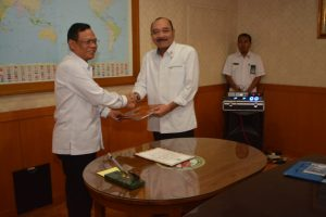 Laksda Agus Setiadji saat menyerhkan jabatan Sekretaris Utama Bakamla RI kepada Kabakamla RI Laksdya Arie Soedewo.