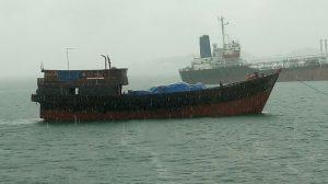 Kapal motor pembawa onderdil sepeda motor ilegal yang berhasil diamankan oleh KN Belut Laut 4806 Bakamla RI, di Perairan Batam.