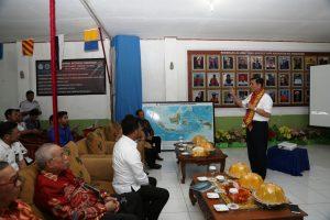 Luhut Pandjaitan saat mengunjungi Sekolah Menengah Kejuruan (SMK) Swasta Pelayaran Katangka.