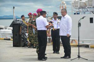 Mendesa PDTT RI Eko Putro Sandjojo saat mendapat penyematan baret hitam simbol penegakan keamanan laut.
