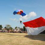 Ribuan Warga Cilacap Serbu Penerjun Payung Denjaka untuk Foto Bersama