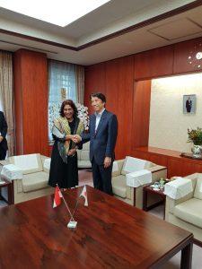 Menteri Kelautan dan Perikanan Susi Pudjiastuti berfoto bersama Menteri Pertanian, Kehutanan dan Kelautan Jepang Ken Saito.