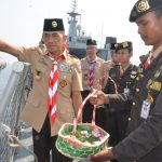 Di Atas KRI Banda Aceh-593, Ratusan Pramuka Tabur Bunga di Laut Jakarta