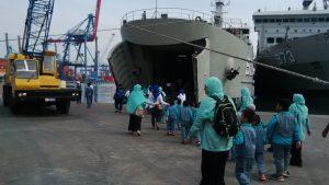 Rombongan siswa siswi TK Al Muttaqin Cengkareng sedang menuju KRI Bintuni 520 yang menjadi tujuan kunjungan wisata edukasinya.