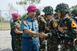 Direktur Personel Akademi Angkatan Laut (Dirpers AAL) Kolonel Marinir Suharto memberikan semangat kepada para taruna AAL Korps Marinir yang aka melaksanakan Lattek Tikkontu.