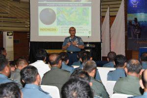 Kapushidrosal Laksamana Muda TNI Harjo Susmoro saat memberikan ceramah hidrografi di Mako Koarmabar.