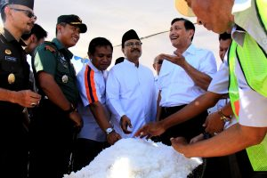 Menko Luhut saat mengunjungi lahan pegaraman PT Garam di desa Kalianget, Sumenep, Jawa Timur Rabu (30/8).