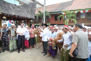 Menko Luhut menyampaikan sumbangan hewan qurban untuk perayaan Idul Adha di salah satu pesantren di Pulau Madura.