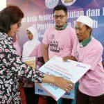 Menteri Susi Serahkan Langsung 690 Paket Bantuan Alat Penangkapan Ikan Ramah Lingkungan di Pantura