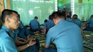 Prajurit Satlinlamil sedang menerima tausiah di Masjid At-Taqwa, Mako Satlinlamil Surabaya.
