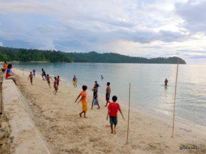 Ilustrasi anak-anak bermain sepakbola di pantai. (Foto: kelanakecil.wordpress.com)