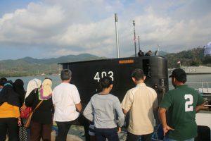 Masyarakat sedang mengunjungi kapal selam terbaru milik TNI AL, KRI Nagapasa 403 di Dermaga Indah Kiat Cilegon Banten.