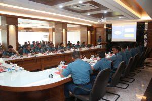 Pemaparan RGB Mid Planning Conference (MPC) Multinational Naval Exercise Komodo (MNEK) 2018 dari Komandan Satuan Kapal Cepat (Dansatkat) Koarmatim Kolonel Laut (P) Rudhi Aviantara Irvandhani bertempat di ruang rapat Pangarmatim, Ujung Surabaya, Selasa (17/10).