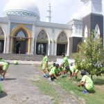 Sambut HUT TNI ke-72, Koarmatim Bersihkan Masjid
