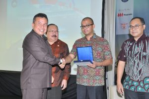 Marsda TNI (Purn) U.H. Harahap memberikan pengahargaan kepada pembicara yang hadir pada sesi ke dua seminar.
