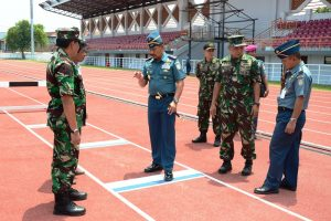 Laksamana Muda TNI Wuspo Lukito selaku Penanggung Jawab Kejuaraan Nasional Atletik Piala Panglima TNI Terbuka ke-5Tahun 2017 meninjau proses persiapan yang dilaksanakan oleh Panitia, Rabu(18/10).