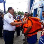 Pelayaran Rakyat dan Nelayan di Banda Aceh Terima Bantuan 300 Life Jacket