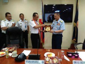 Delegasi Bakamla RI yang dipimpin oleh Direktur Latihan Bakamla RI, Laksma TNI Muspin Santoso, S.H., M.Si (Han) melakukan kunjungan kerja ke Philippine Coast Guard (PCG), di Manila, Filipina, beberapa hari lalu.  Kedatangan delegasi diterima dengan hangat oleh Commodore Joel S Garcia PCG Ph.d., H.D., Al-Haj selaku Officer In-Charge PCG beserta jajarannya. Tujuan kunjungan kali ini adalah untuk melakukan comparative study dalam rangka penyusunan pedoman pelatihan Bakamla RI guna meningkatkan kemampuan personel Bakamla RI di masa yang datang.   Kunjungan yang berlangsung selama tiga hari sejak tanggal 10 – 12 Oktober 2017 ini, memberikan penjelasan dan diskusi mengenai pola-pola pendidikan dan pelatihan yang dimiliki oleh PCG. Mulai dari Pendidikan dasar bagi Officers dan Enlisted Personnel sampai dengan pendidikan kekhususan yang dimiliki oleh PCG. Delegasi Bakamla RI juga mendapatkan penjelasan tentang pola karir, proses rekruitmen, kurikulum pelatihan dan struktur organisasi PCG yang baru.   Lebih lanjut, kedua instansi juga membahas tentang rencana kerja sama di masa mendatang yang akan diformalkan dengan MoU antara Bakamla RI dengan PCG. Kedua instansi mengharapkan adanya peningkatan kerja sama sehingga dapat memberikan kontribusi yang lebih besar terhadap keamanan maritim kedua negara dan keamanan di kawasan Asia Tenggara.  Tidak hanya berkunjung ke Kantor Pusat PCG, delegasi Bakamla RI juga mendapatkan kesempatan untuk berkunjung ke PCG Training Center dan K-9 Unit di Taguig, National Coast Watch Center di Manila dan menjadi tamu kehormatan penyambutan Kapal Patroli PCG MRRV 4407 'Sindangan' yang baru tiba dari Jepang.  Dalam kunjungan ini Direktur Latihan Bakamla RI didampingi oleh Kasubdit Penyelenggaraan Latihan Bakamla RI Kombes Pol. Benny Iskandar, SIK., M.Si., Kasubdit Perencanaan Latihan S. Joewono, S.E., M.M., Kasi Kerja Sama Multilateral dan Organisasi Internasional Hudiansyah Is Nursal, S.H., MILIR., dan Kasi Latihan Operasi Laut Waskito Alim H.