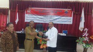 Kabakamla RI Laksdya TNI Ari Soedewo menerima cinderamata setelah menjadi narasumber FGD Komite IV DPR RI di Talaud.