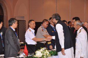 Delegasi Indonesia sedang bersalaman dengan delegasi tuan rumah Pakistan pada Pertemuan High Level Meeting (HLM) of the Heads of Asian Coast Guard Agencies Meeting (HACGAM) ke-13 di Islamabad, Pakistan, Kamis (26/10)